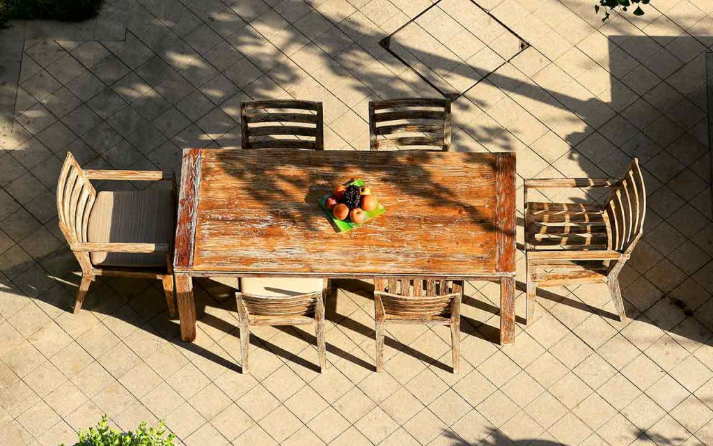 BELLA Tischgruppe aus recyceltem Teakholz fotografiert von oben