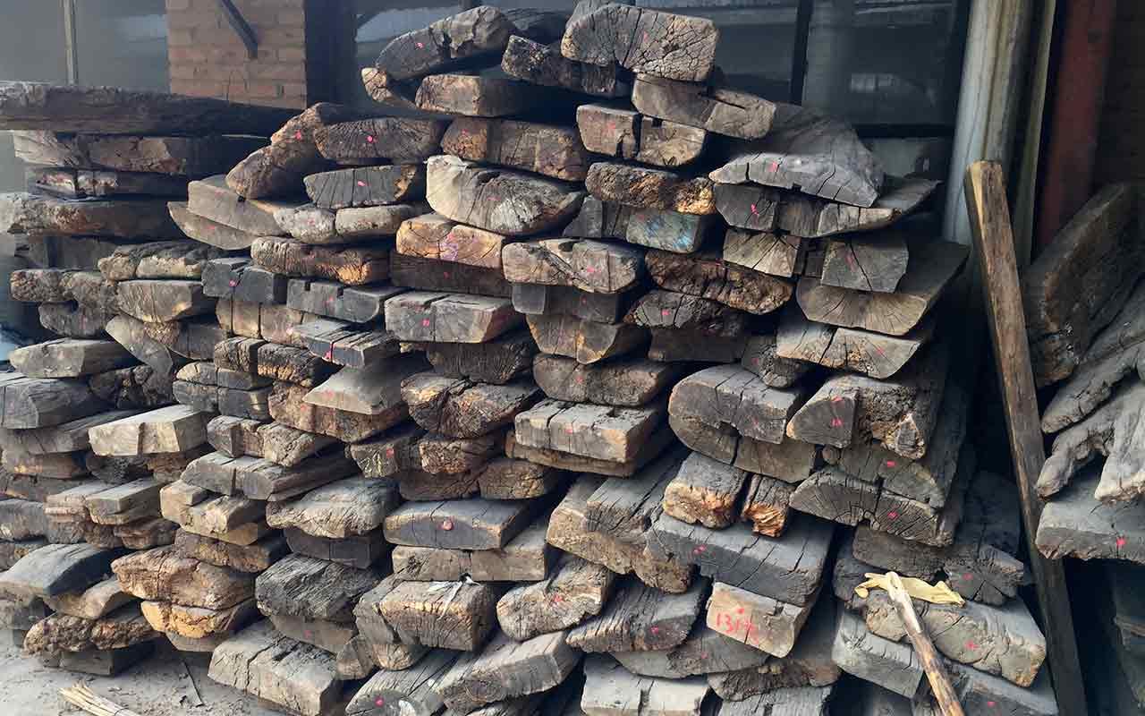 Bohlen aus altem Ulmenholz