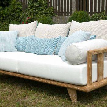 Sofa COMO im Garten von vorne, seitlich fotografiert